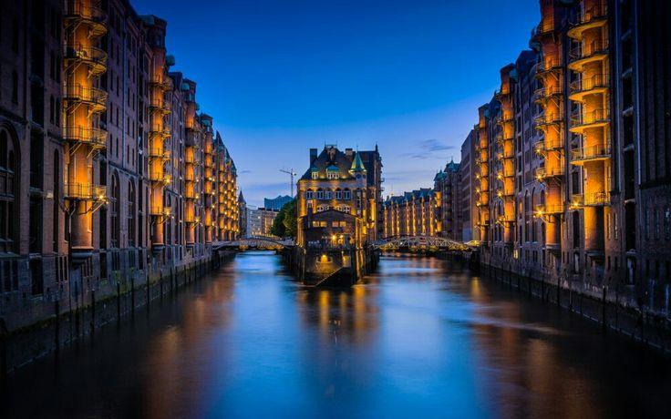 Die Hamburger  Speicherstadt ist denkmalgeschützten als größter zusammenhängender Lagerhauskomplex der Welt.