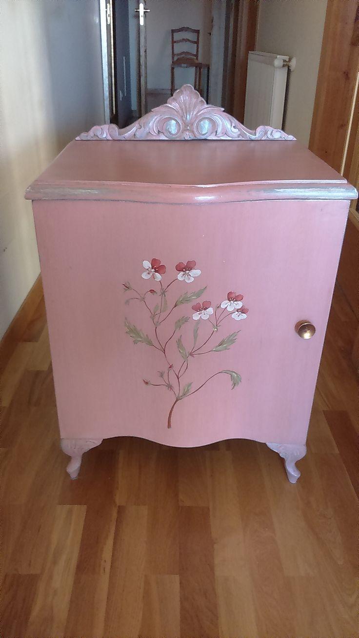 78 im genes sobre muebles pintados en pinterest abrigos - Mesitas de noche clasicas ...