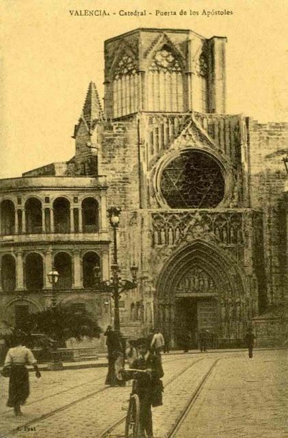 1.913 Vista de la Puerta de los Apóstoles, su rosetón, un pináculo de acceso a las terrazas y el cimborrio de prisma octogonal. A la izquierda, la tribuna de los canónigos (Ediciones J. Prat)