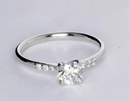 Anillo de compromiso de diamantes pequeños en oro blanco de 14 k