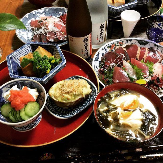 mec_gourmet_dietこんばんは〜! 今日は極寒だったTOKYOです☔️ 夫様は、明日から月曜日まで上海と広州に出張です✈️ もう二度と日本食食べれないかもしれないよ!と、シャレにならん冗談を言い、夫の仕事帰りに一緒に買い物 ちょうど日本酒を頂いてまして…夫リクエストでお刺身です。 日本酒は糖質高いけど、海外出張の夫のため許してぴょん 本日のメニュー お刺身 厚揚げの煮物、菜の花お浸し添え クリチときゅうり、たらこ添え アボカドとツナのチーズ焼き、鰹節で わかめときのこの味噌汁、温玉in 夫の出張も心配ですが、それより自分の予定(渋谷パトロール含)が心配な#悪妻 です #すでに予定びっしり #MEC食#糖質制限#低糖質#ローカーボ#lowcarb#低GI#ダイエット#diet#ダイエッター#食べてキレイに痩せたい#ジム#gym#筋トレ#夕食#2人ごはん#おうちごはん#美容食材#アラフォー#アンチエイジング#ボディメイク#美容体重#ダイエット成功#和食#日本酒#和食器#御膳