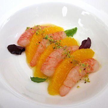 La ricetta di Fresco Pesce che spiega come realizzare una perfetta insalata di gamberi con arancia marinata.