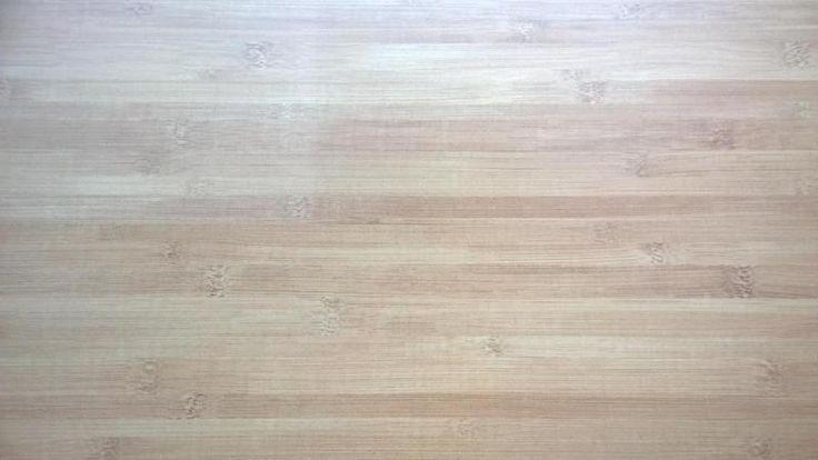 """Gut erhaltener Laminat in Bambusoptik ca. 13qm mit Trittschalldämmung   Fußleisten zu verschenken.Dafür muss auch der nicht mehr nutzbare Laminat (Bild: Zettel """"kaputt"""") mitgenommen werden."""
