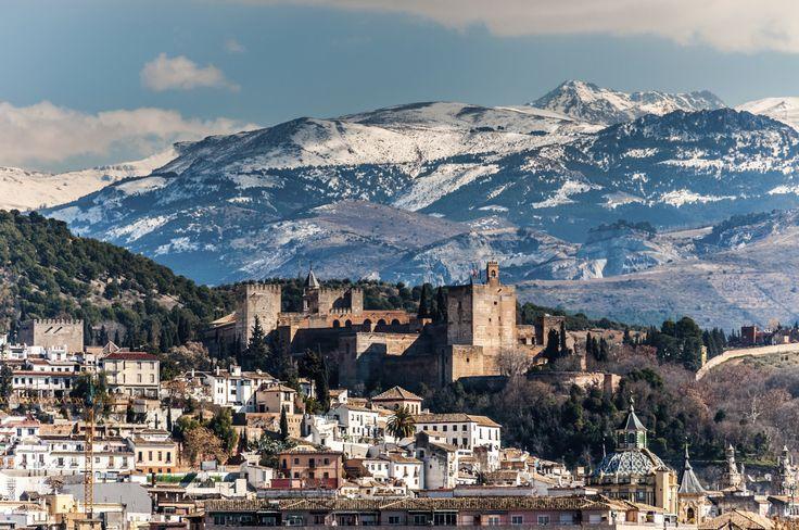 Die Alhambra und im Hintergrund die Berge der Sierra Nevada