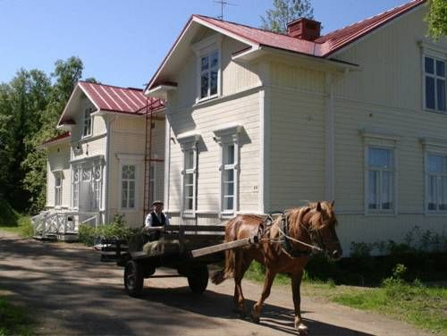 Wanha Pappila Cottages Simo Situated by the Bothnian Bay in the beautiful Simo Region, these self-catering cottages feature waterfront views, a private sauna and free WiFi. The beach is just a few steps away.