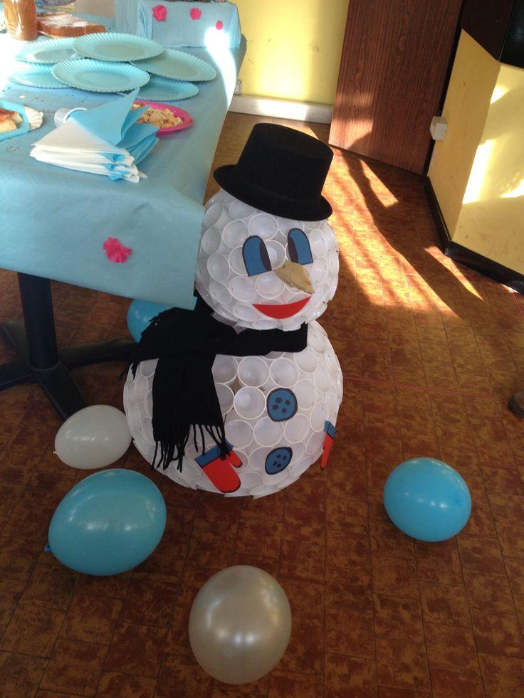 Pupazzo di neve Olaf creato con bicchieri di plastica e accessori in cartoncino colorato!!!