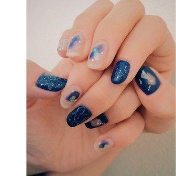 宇宙が大好きというお客様のイメージに合わせて作った星空ネイル。爪の中にたくさんの星座が瞬いています。