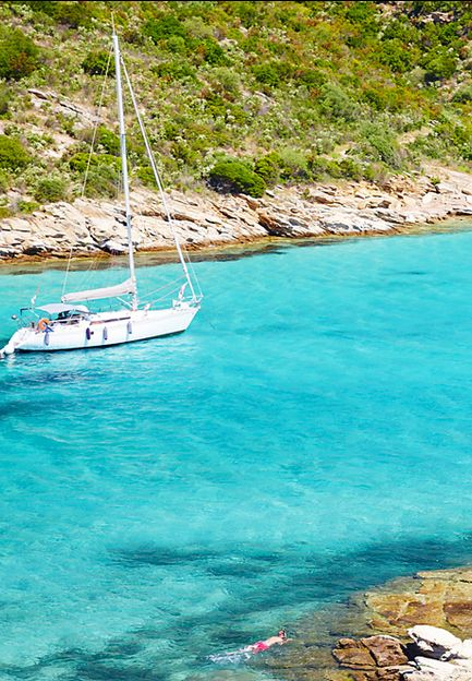 À l'Ouest, les couchers de soleil sur la mer embrasent la côte, alors qu'en montagne, les dégradés de rose sont à peine réalistes. La Corse, c'est aussi les plaisirs de l'eau. Les rivières, sources et cascades de montagne rafraichiront les journées les plus estivales.Les amateurs d'eau turquoise s'en donneront à coeur joie dans les criques, lagons et plages dont seule la Corse a le secret.