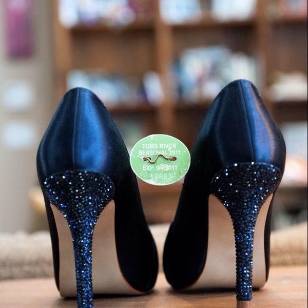 Navy blue Wedding shoes. Do the crystals yourself. So easy, and half the price! http://prettyweddingidea.com/ I want to wear something like this for the ceremony.