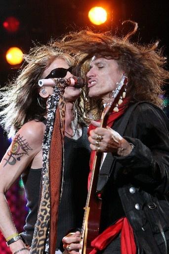 Steven Tyler, vocalista del grupo estadounidense Aerosmith y el guitarrista Joe Perry. Durante un concierto en Monterrey.    18 de abril de 2007. EFE/Juan Manuel Villaseñor