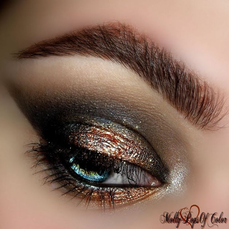 Her gifted @Tweezerman #BrushiQ shaded @MolyPopsofColor's dazzling smokeyeye to FABULOUS!