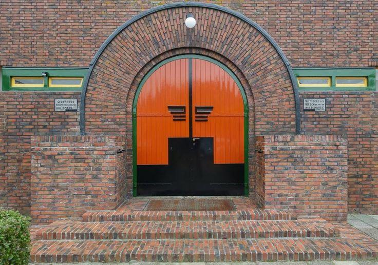 Architect Albert Wiersema. Protestantse BOAZ-kerk, Westeremden. Entree halfrond uitgebouwd portaal met twee gevelstenen