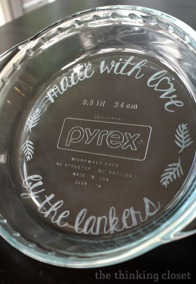Personalize a glass pie pan with etching cream! Detailed step by step tutorial via thinkingcloset : custom pie plate - pezcame.com