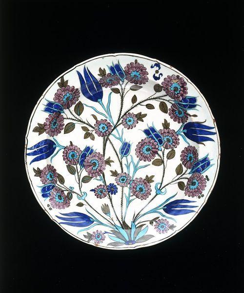 Dish, Iznik, Turkey, ca. 1550-1555. Fritware, polychrome underglaze painted, glazed. Diameter: 36.8 cm. Salting Bequest. Museum number: C.1982-1910 © V Images.