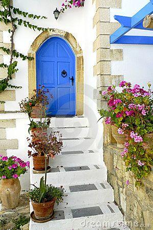 Ingang aan een Grieks huis met een traditionele blauwe deur op Kreta, Griekenland