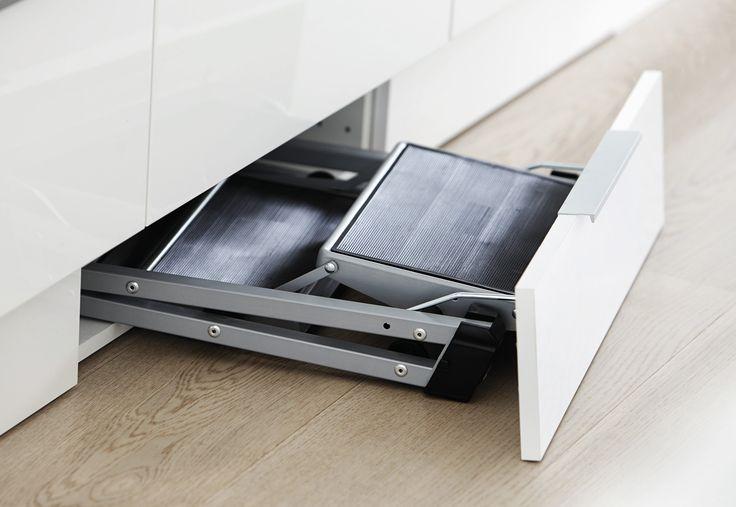 Med en skjult trappestige i soklen er der er hjælp til at nå de øverste skabe. Se flere smarte detaljer på www.jke-design.dk.