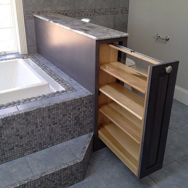 Функционально. Интерьер ванной комнаты. #интерьер #декор #дизайн #дизайн #ванна #комната #полки #ящик #камень #стены #окно #