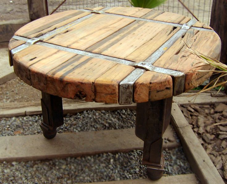Mesa Comedor redonda de roble rústico con base de fierro forjado