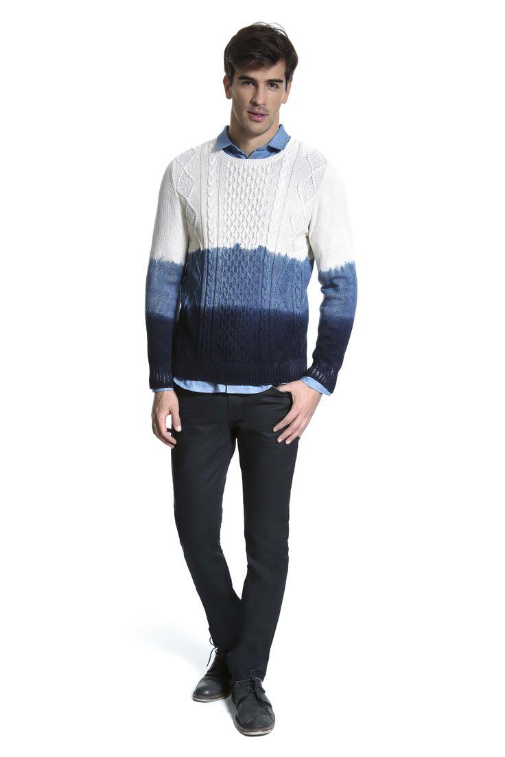 Tricô tie-dye em branco e azul sobre camisa jeans e calça resinada preta para dar um toque sofisticado.