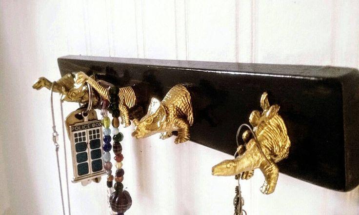 Toets houder met gouden dinosaurus haken / / sieraden houder sieraden Hanger / toets Rack / / toets haken / door MidCityMod op Etsy https://www.etsy.com/nl/listing/233207393/toets-houder-met-gouden-dinosaurus-haken