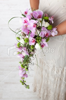 Small teardrop bouquet in a modern style