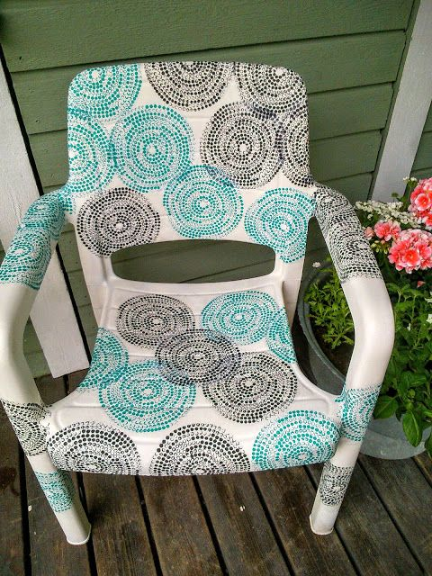 Certainly many home can still find old plastic garden chairs, I think so. My chair was so blackened that I spray painted it first. And look...