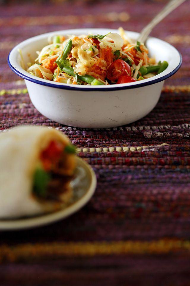 Tee tämä mehukas salaatti, kun porkkana ja talvikaali ovat parhaimmillaan. Alkuperäinen thaimaalainen som tam valmistetaan vihreästä keittopapaijasta.