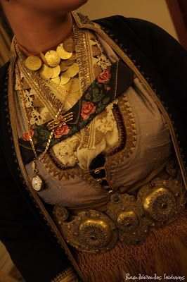 Macedonian Traditional Costume.  Presentation of Naoussa female costumes from the Lyceum of Greek Women Thessaloniki / Παρουσίαση των Ναουσαίων γυναικείων φορεσιών από το Λύκειο Ελληνίδων Θεσσαλονίκης