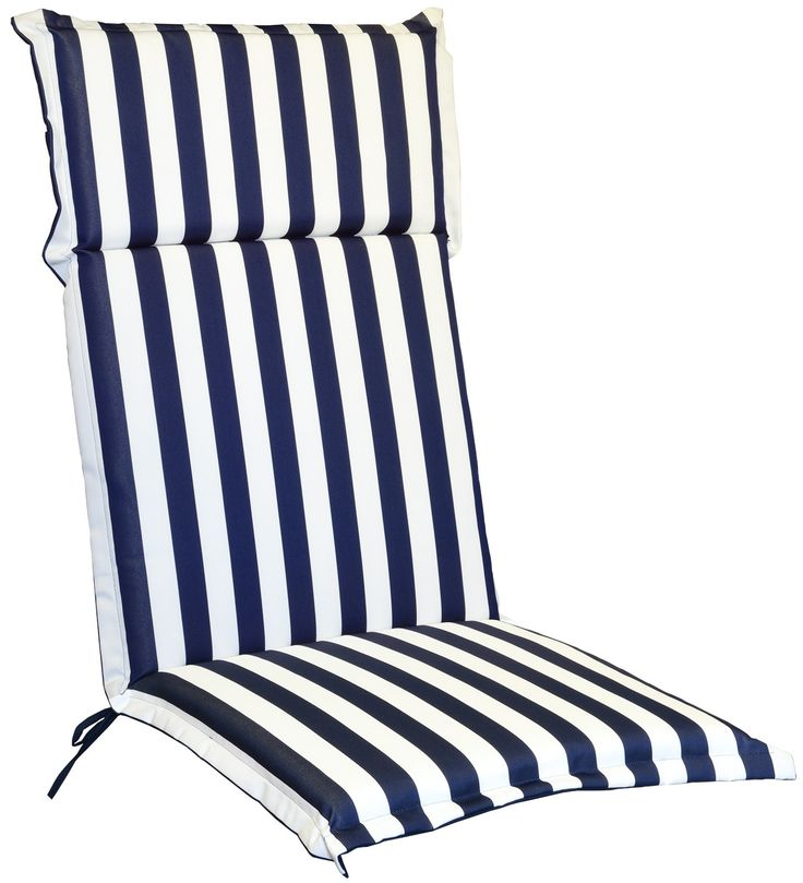 Sobrio, classico, elegante cuscino a riche bianche e blu con volant, realizzato in cotone e poliestere, per poltrona alta con spalliera cm 66 h. Dalle linee morbide con poggiatesta fissato da bottoni in legno.