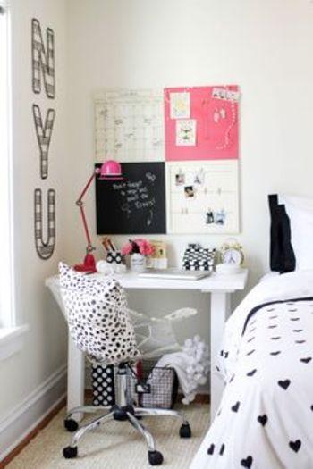 鮮やかなピンクのデスクライトを置くだけで、モノトーンのお部屋がグンと女の子っぽくなりますね♪