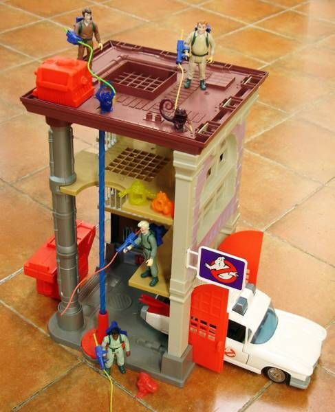 Real Ghostbusters - Kenner - Fire House Station + ECTO-1 + Figures