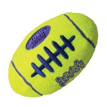 El Air Kong Squeaker Football es un juguete de la linea Kong que proporcionará mucha diversión a su mascota. Está hecho del mismo material que las pelotas de tennis. Emite sonido al presionarlo y esto lo hace muy atractivo para tu perro.