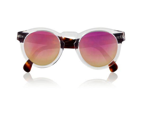 Alles door een roze bril zien is geen kunst met dit retro exemplaar op je neus. Bril ILLESTEVA via Net-a-porter.com € 175,-