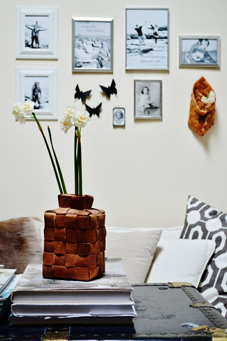 white livingroom, wall decorations, flowers