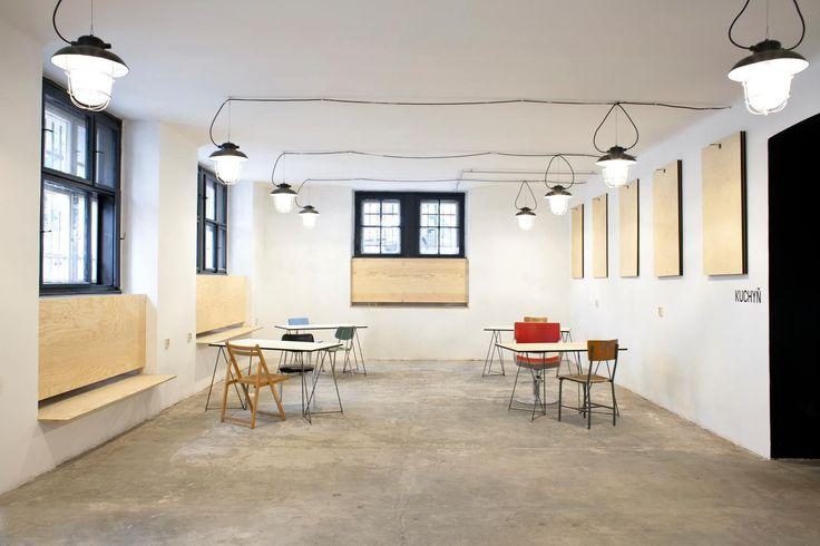 Svět Hub - flexibilita, stoly visí na stěnách. Aleš