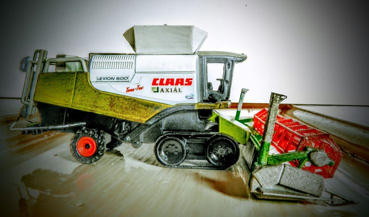 Claas Lexion 600 Terra Trac with V1200 Vario header; agrocom yield mapping; 1:87
