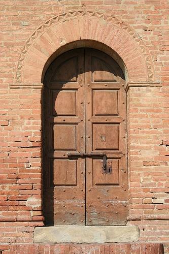 Porta laterale della Pieve di San Martino Toscana Palaia PI   #TuscanyAgriturismoGiratola