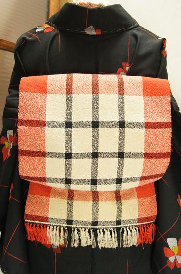 赤白黒のカラーリングで織り出されたモダンなチェックパターンがスタイリッシュな単帯です。