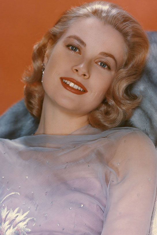 Grace Kelly inspire Pringle of Scotland http://www.vogue.fr/mode/news-mode/diaporama/pringle-of-scotland-rend-hommage-a-grace-kelly/12454#la-photo-d-039-inspiration-de-l-039-eleve-louise-morris