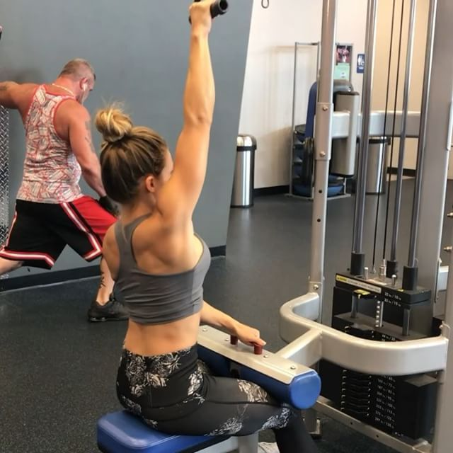 Part ✌ from yesterday's back and bi's workout ! • Single arm lat pulldowns #kysinglelatpull • Isolated bicep curls #kyisolatedcurl • Kayaks #kykayaks • Cable curls #kycablecurl - Don't forget to click the link in my bio to shop a number of programs I offer! Questions? Email me at kyla@kyritchfit.com  - #kyritchfit #fitspo #fitspiration #fitchicks #workoutmotivation #workoutinspiration #backday #biceps #fitnessmotivation