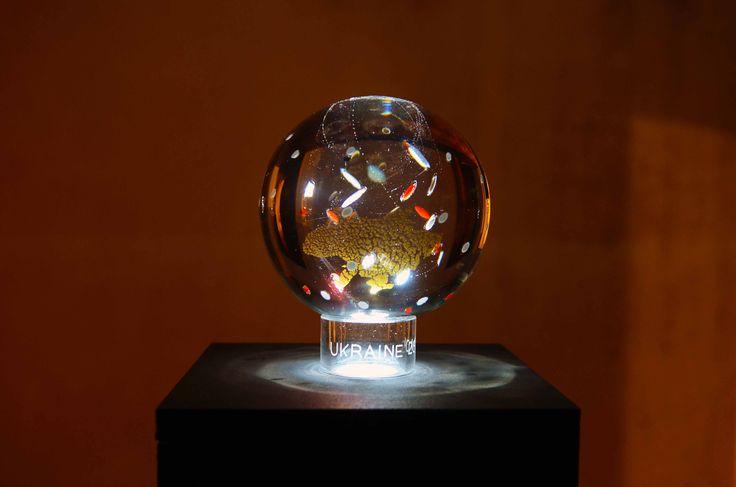Please don't cry, 2015, cristallo, oro, led e proiezioni luminose, 16cm diametro ciascuna sfera; h: 20 cm, Tiratura: 1/3, Esemplari: 10