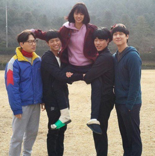 """Ryu Jun Yeol Shares Photo of Cast Nearing End of """"Reply 1988″"""