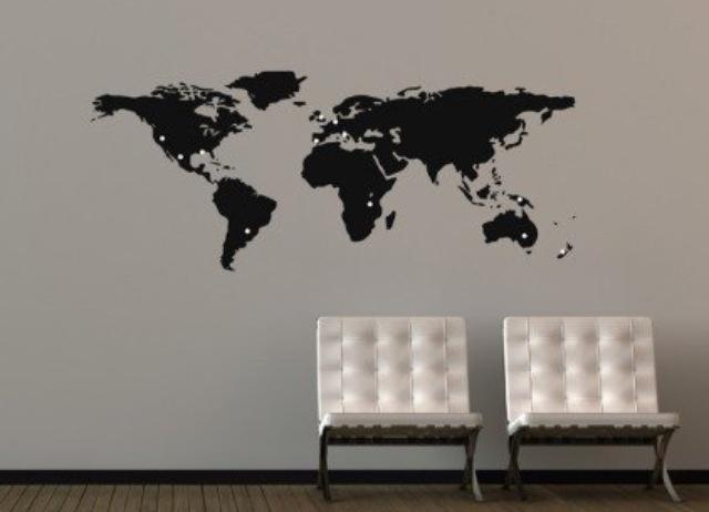 Wereldkaart aan de muur, zwart-wit