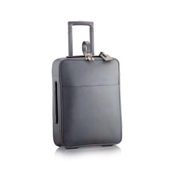 Una valigia dal taglio regolare, semi rigida e nel colore metallo per eccellenza e l'ideale per i tuoi viaggi