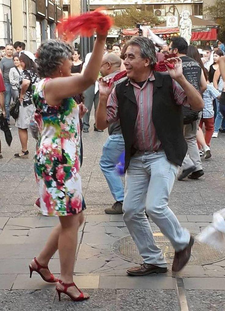 2018 (Enero)_Claudia Hidalgo y Sergio Lillo, en la plaza de armas de Santiago de Chile, en evento organizado por la Mesa del Folclore