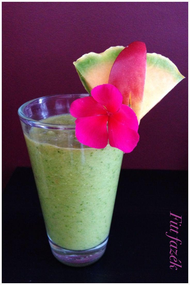Fiona élő, reggeli itala; saláta – avokádó – spenót – sárgadinnye – alma.