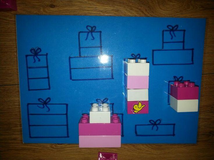 Thema sinterklaas; duplo blokjes bouwen en  neerleggen op het juiste cadeautje. Ordenen en sorteren, ruimtelijk inzicht