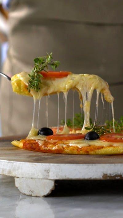 Uma pizza genial com uma massa de pão de queijo incrível.
