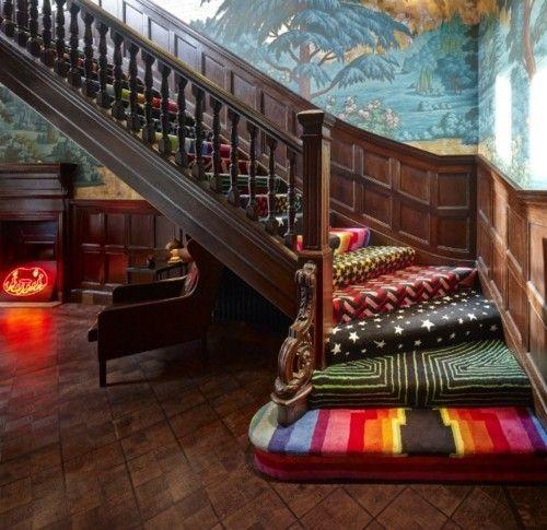 Treppenteppich jede Stufe anderes Muster verschiedene Farben farbenfroher Mix