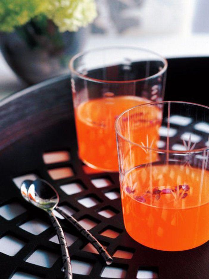 海老と赤ピーマンの風味が口いっぱいに広がる冷製コンソメスープ